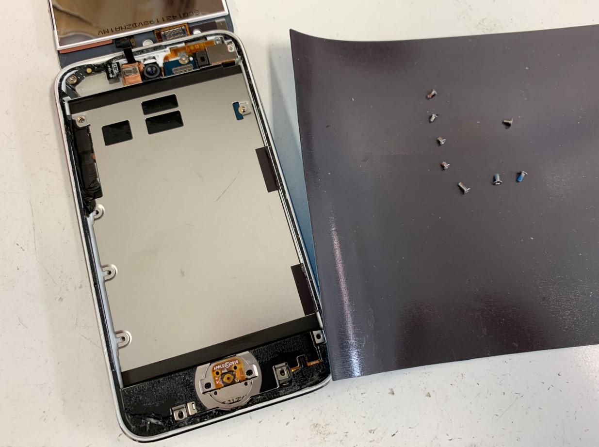 画面下の銀板を止めたネジを外したiPodTouch 第4世代