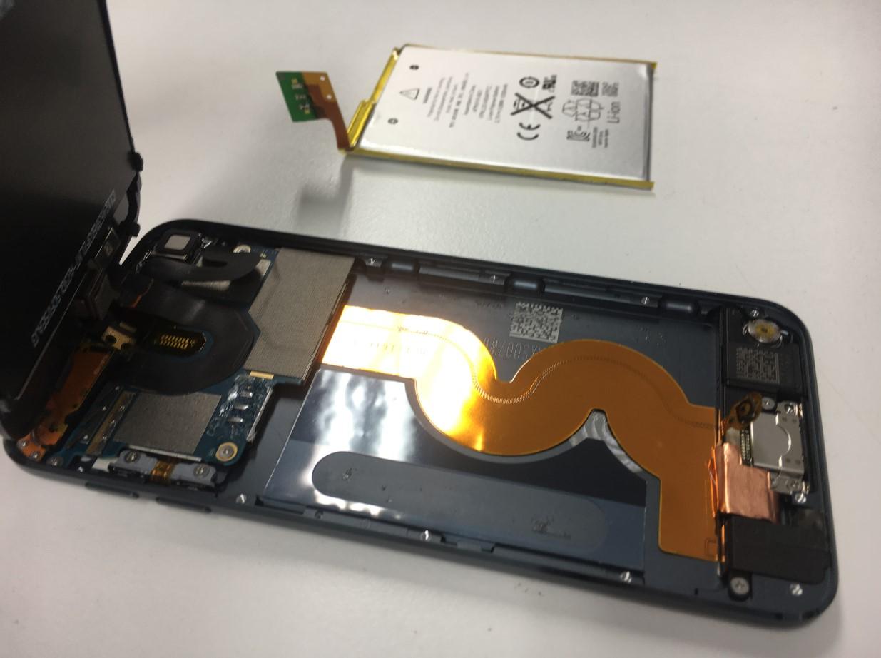 バッテリーを本体から取り出したiPodTouch 第5世代