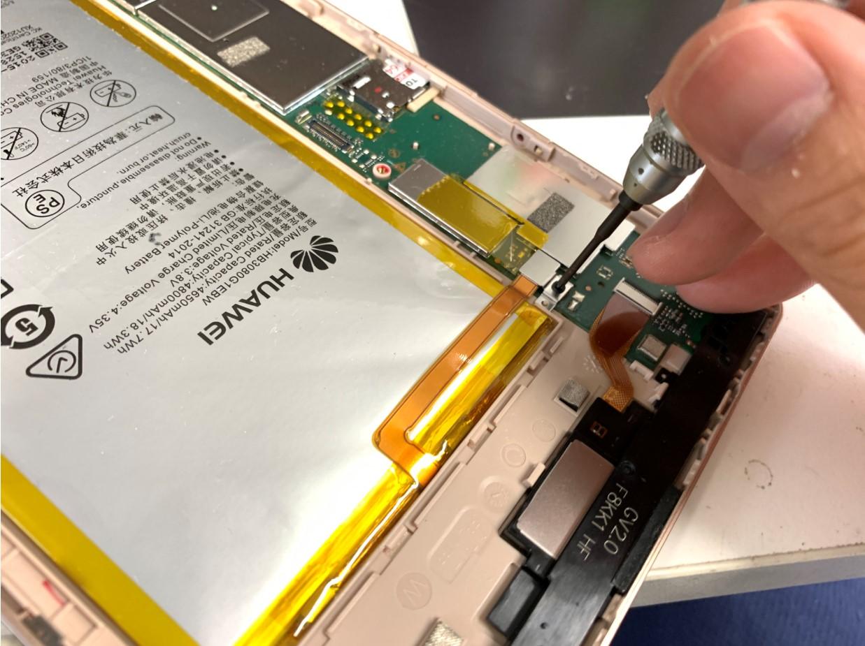 バッテリーコネクタを止めたプレートを外しているMediaPad M2 8.0