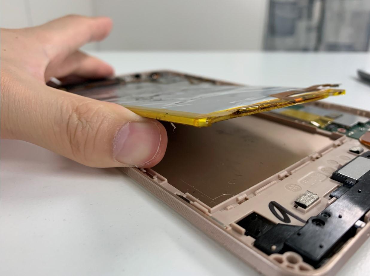 本体に張り付いたバッテリーを剥がしているMediaPad M2 8.0