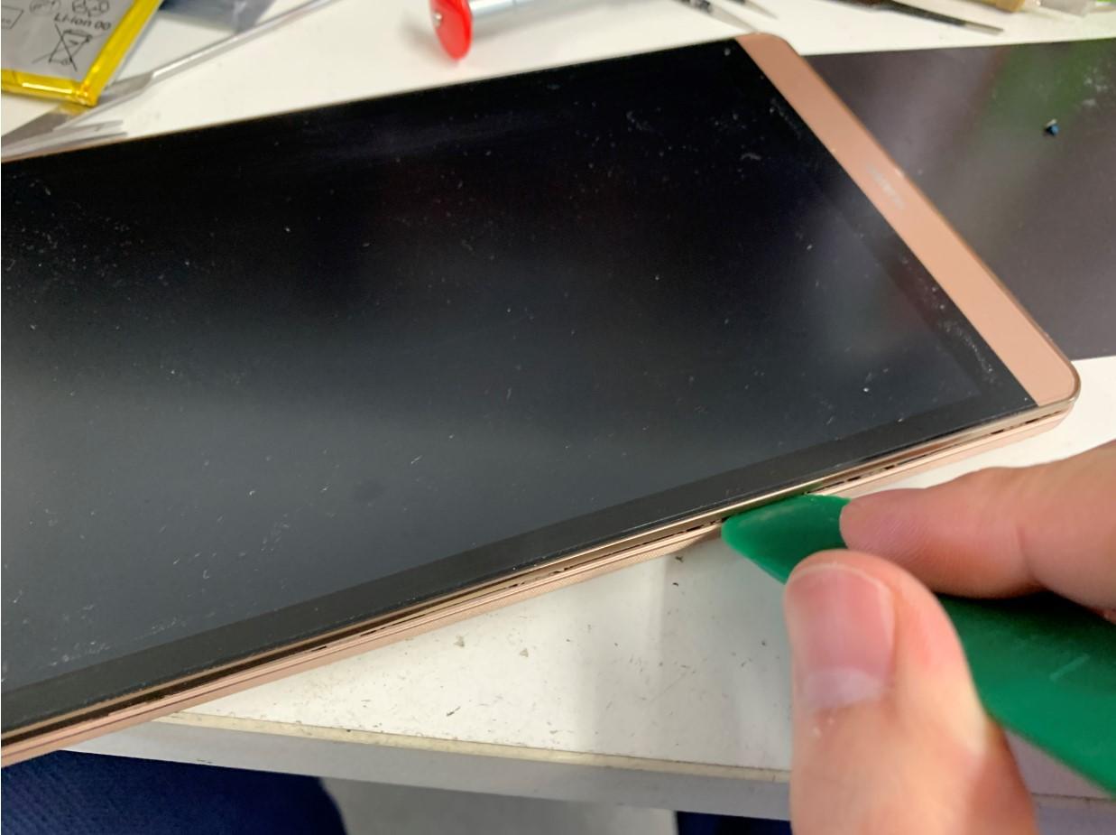 本体フレームと画面の間にへらをいれているMediaPad M2 8.0