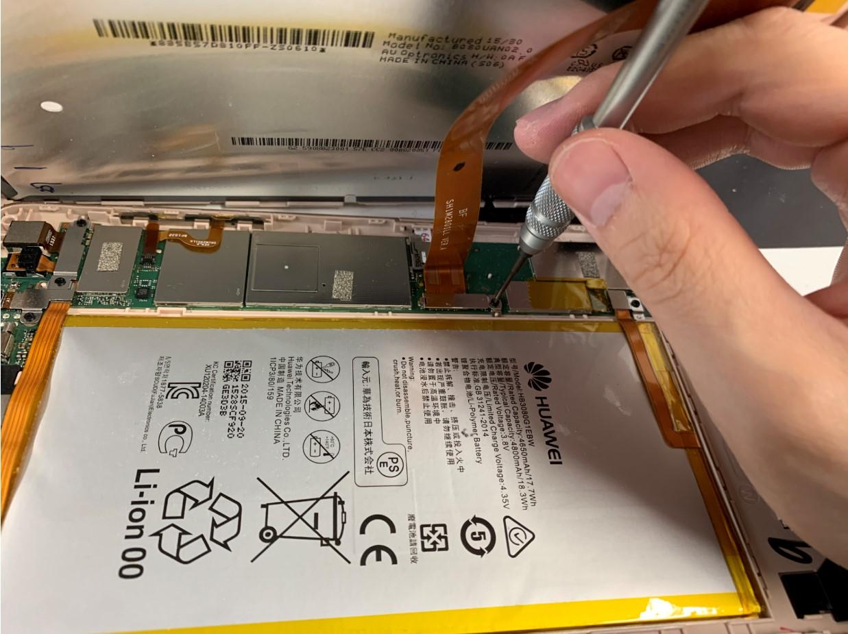 液晶画面コネクタを止めたネジを外しているMediaPad M2 8.0