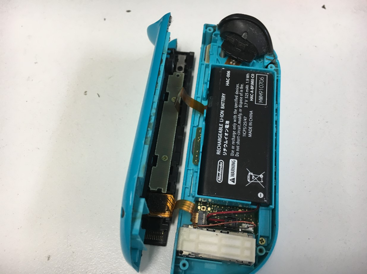 Ninetndo Switchのジョイコンの背面パネルを剥がした