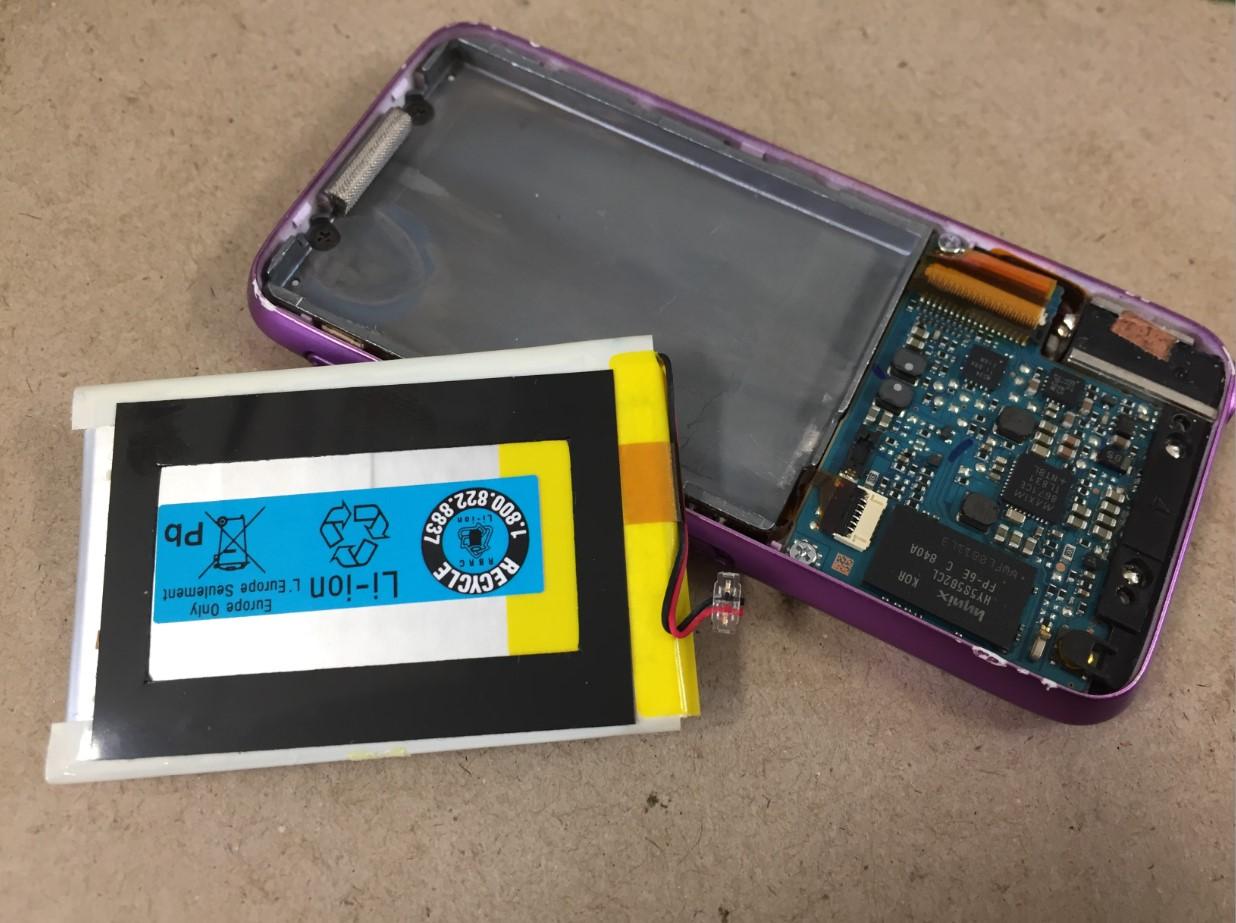 劣化したバッテリーを本体から取り出したウォークマン NW-S636F