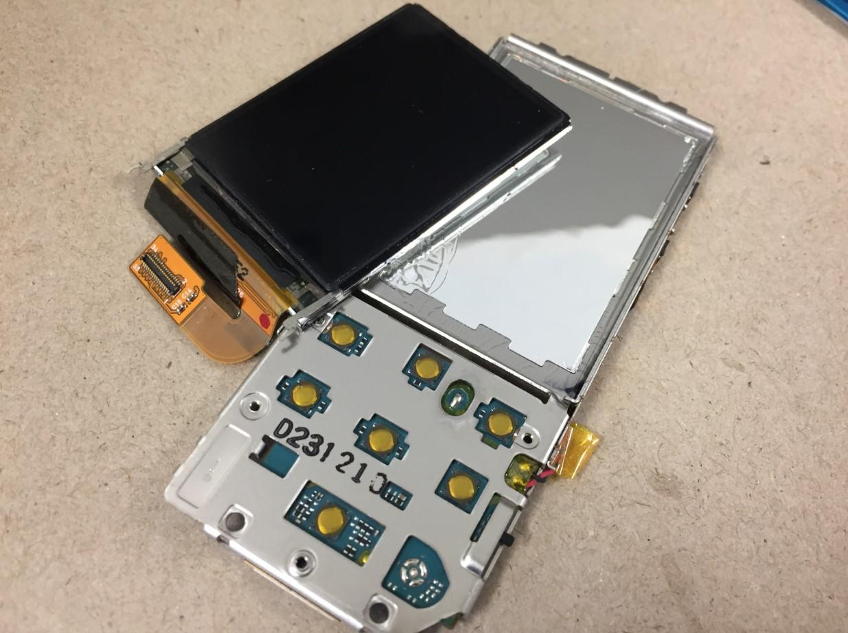 本体から液晶画面を取り出したWALKMAN NW-S756
