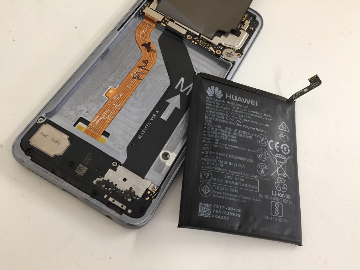 本体からバッテリーを取り出したhonor9