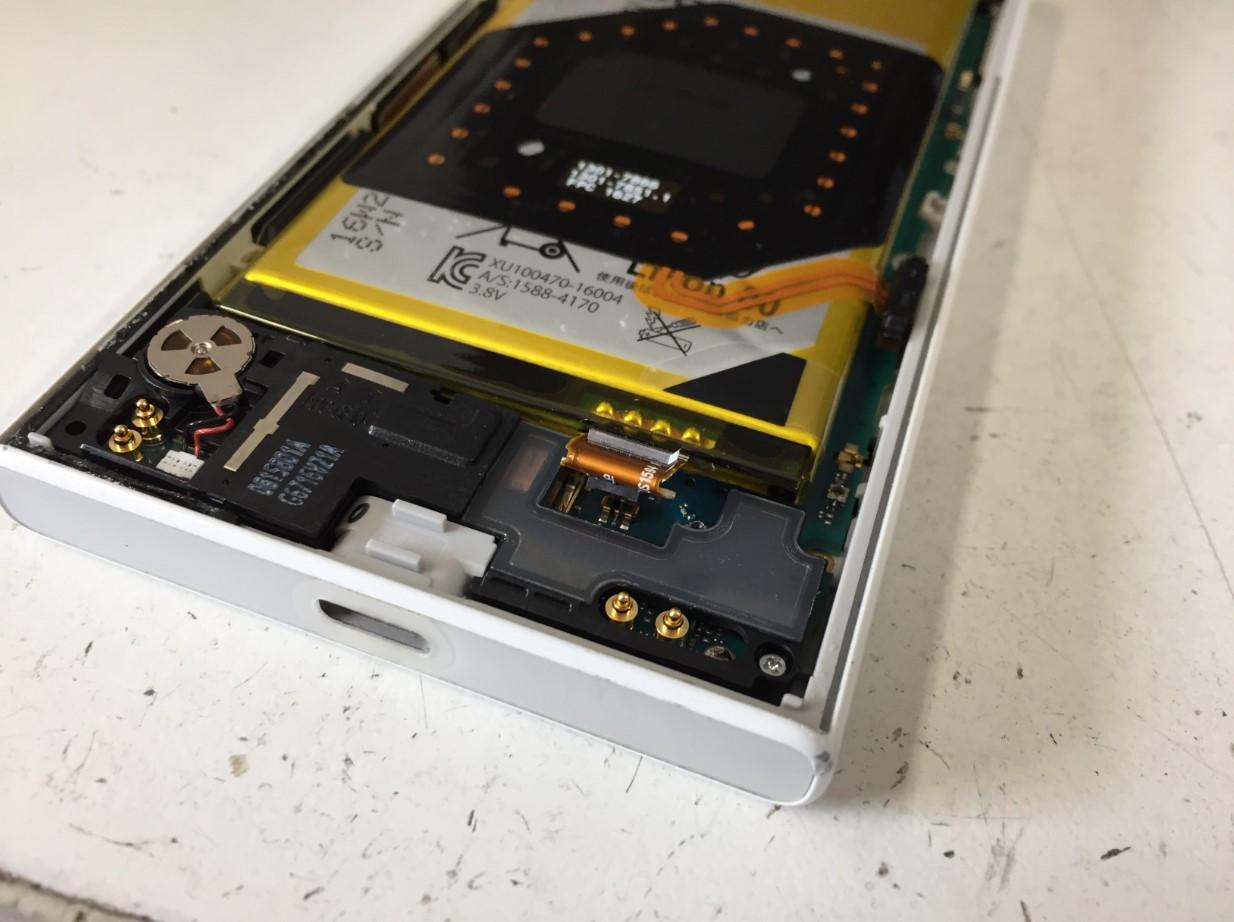 バッテリーコネクタを外したXperia X Compact(SO-02J)