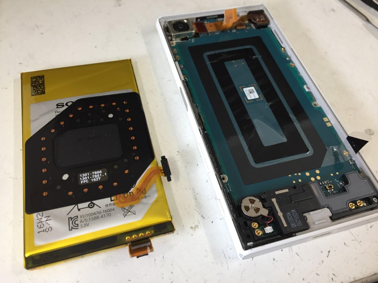 本体からバッテリーを取り出したXperia X Compact(SO-02J)