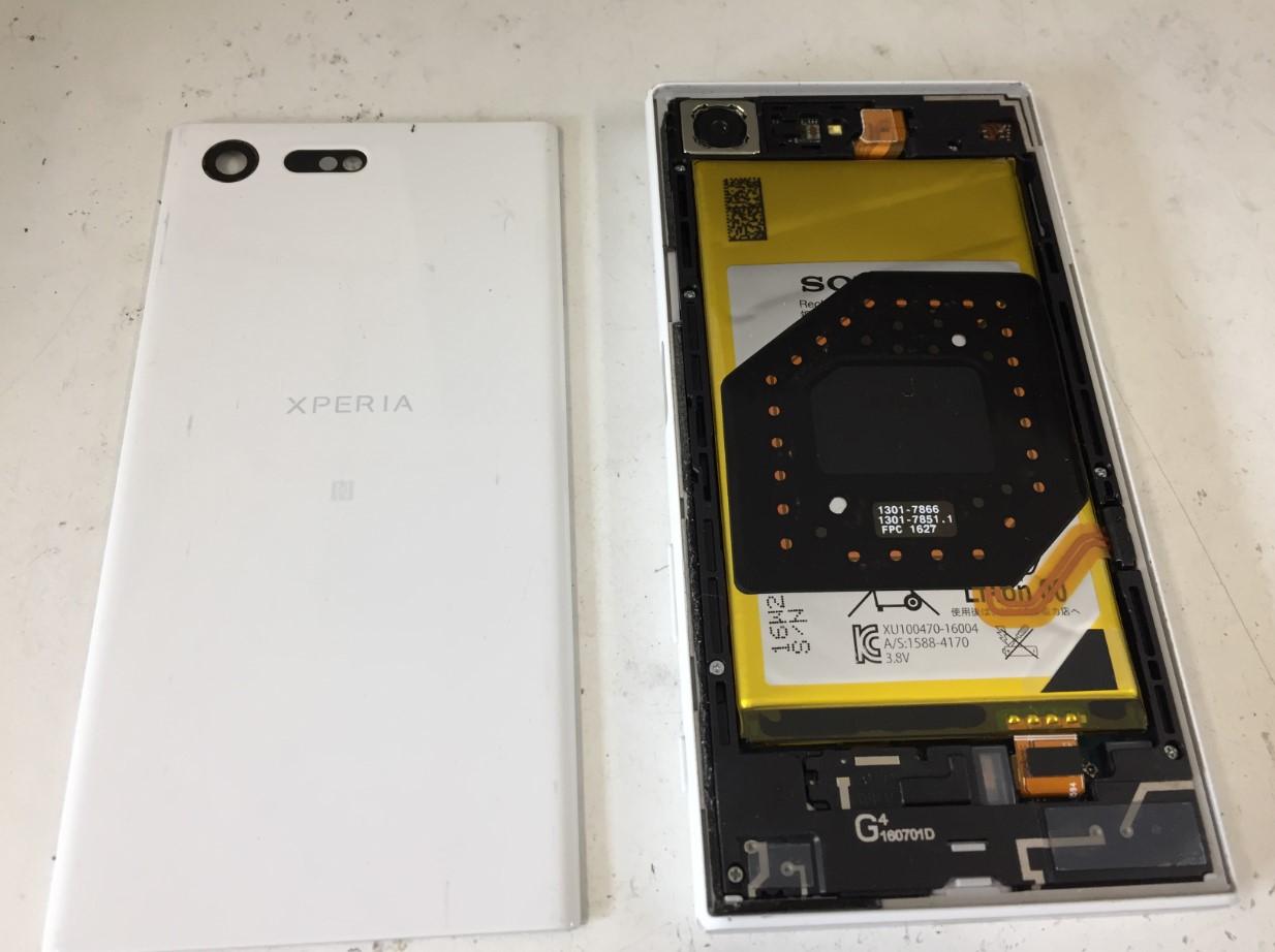背面パネルを剥がしたXperia X Compact(SO-02J)