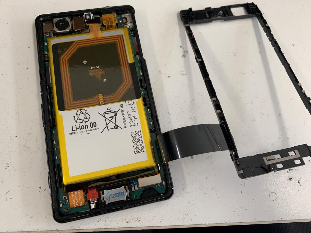 本体内部のプラスチックパーツを剥がしたXperia A4(SO-04G)