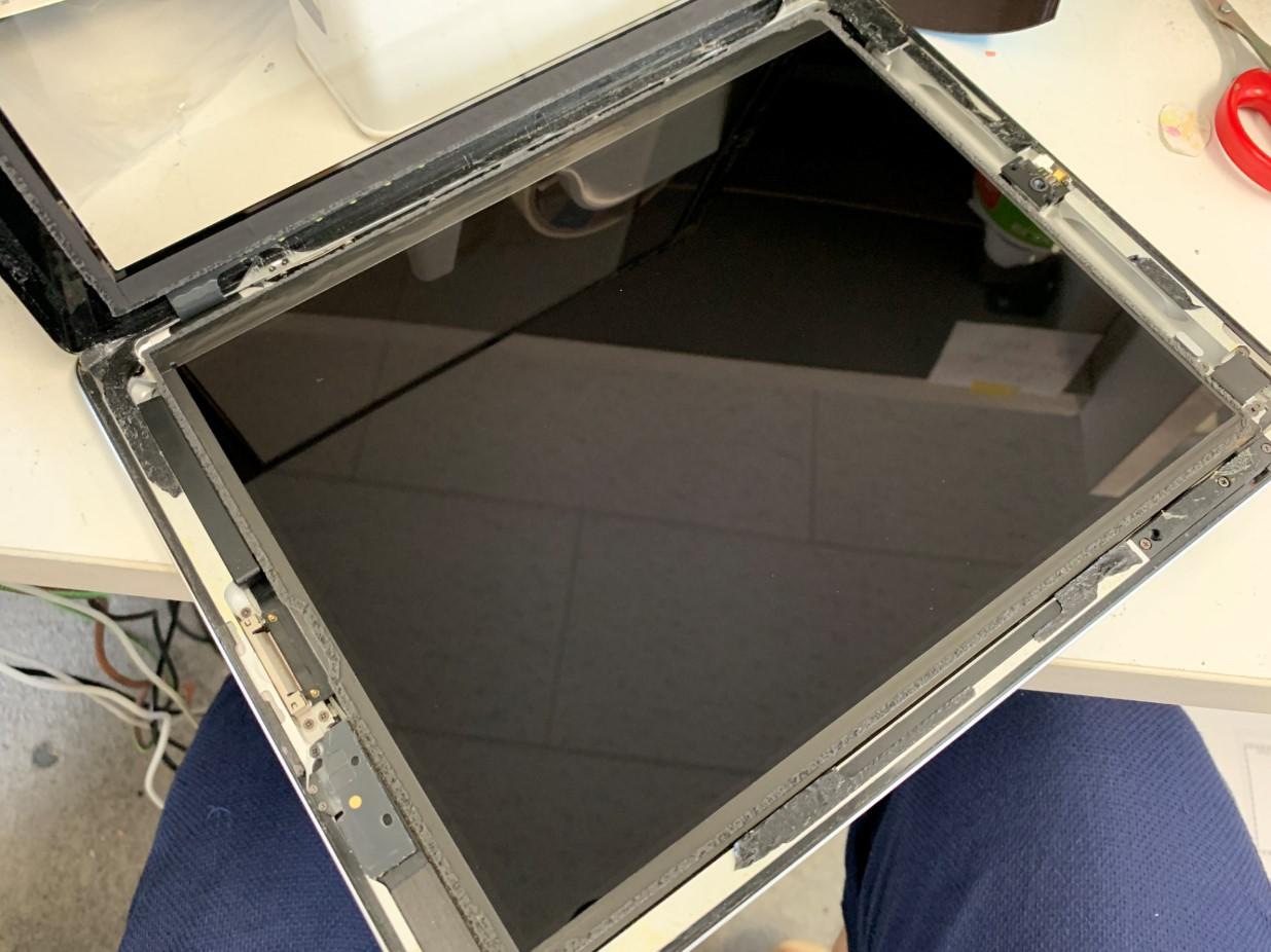 ガラスを持ち上げて液晶がむき出しになったiPad第3世代