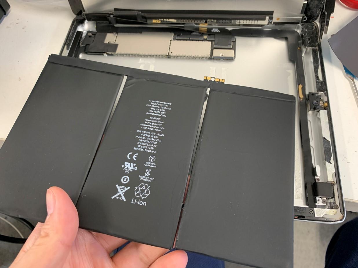 バッテリーを本体から剥がしたiPad第3世代