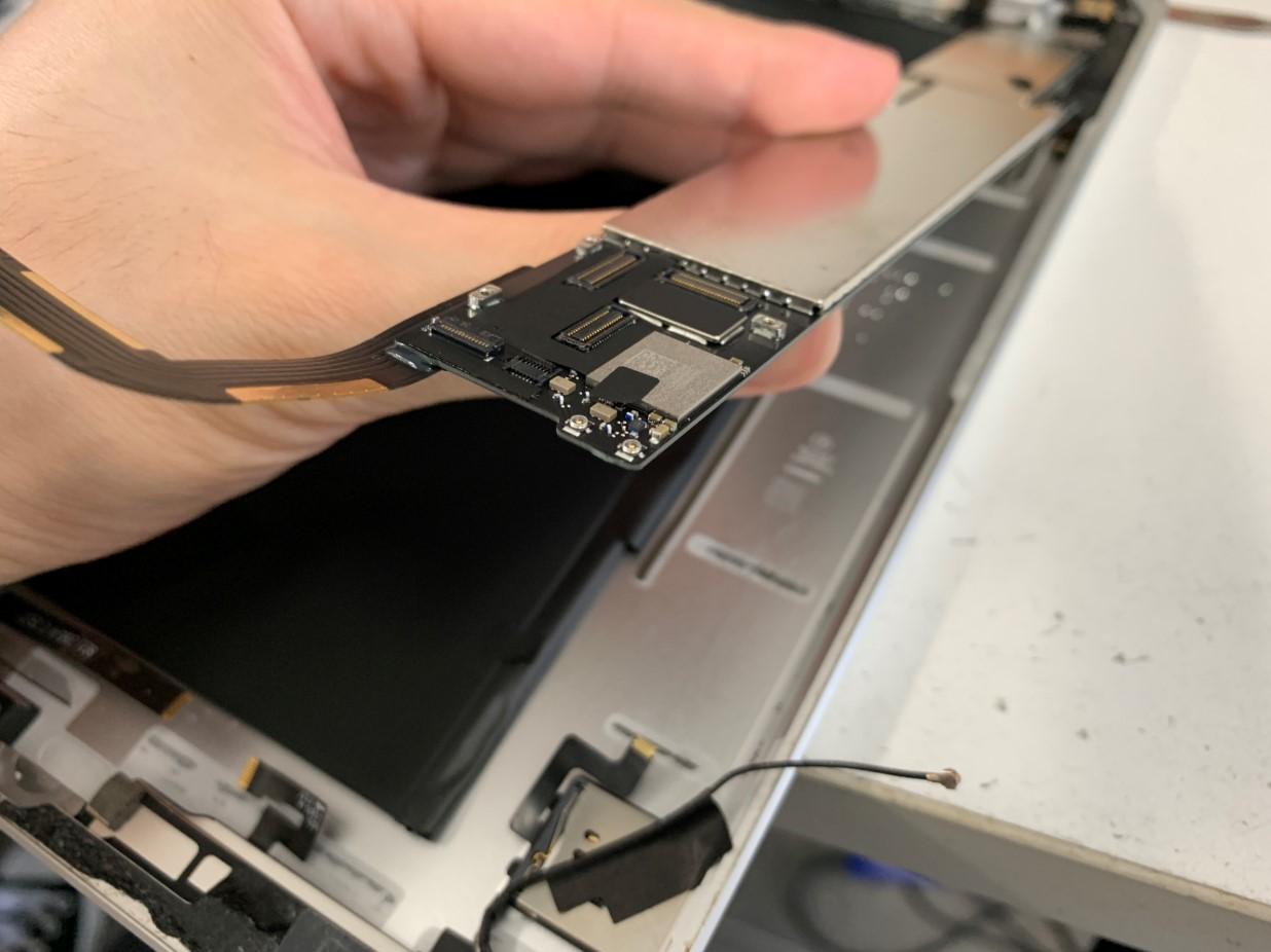 基板を本体から剥がしたiPad第5世代