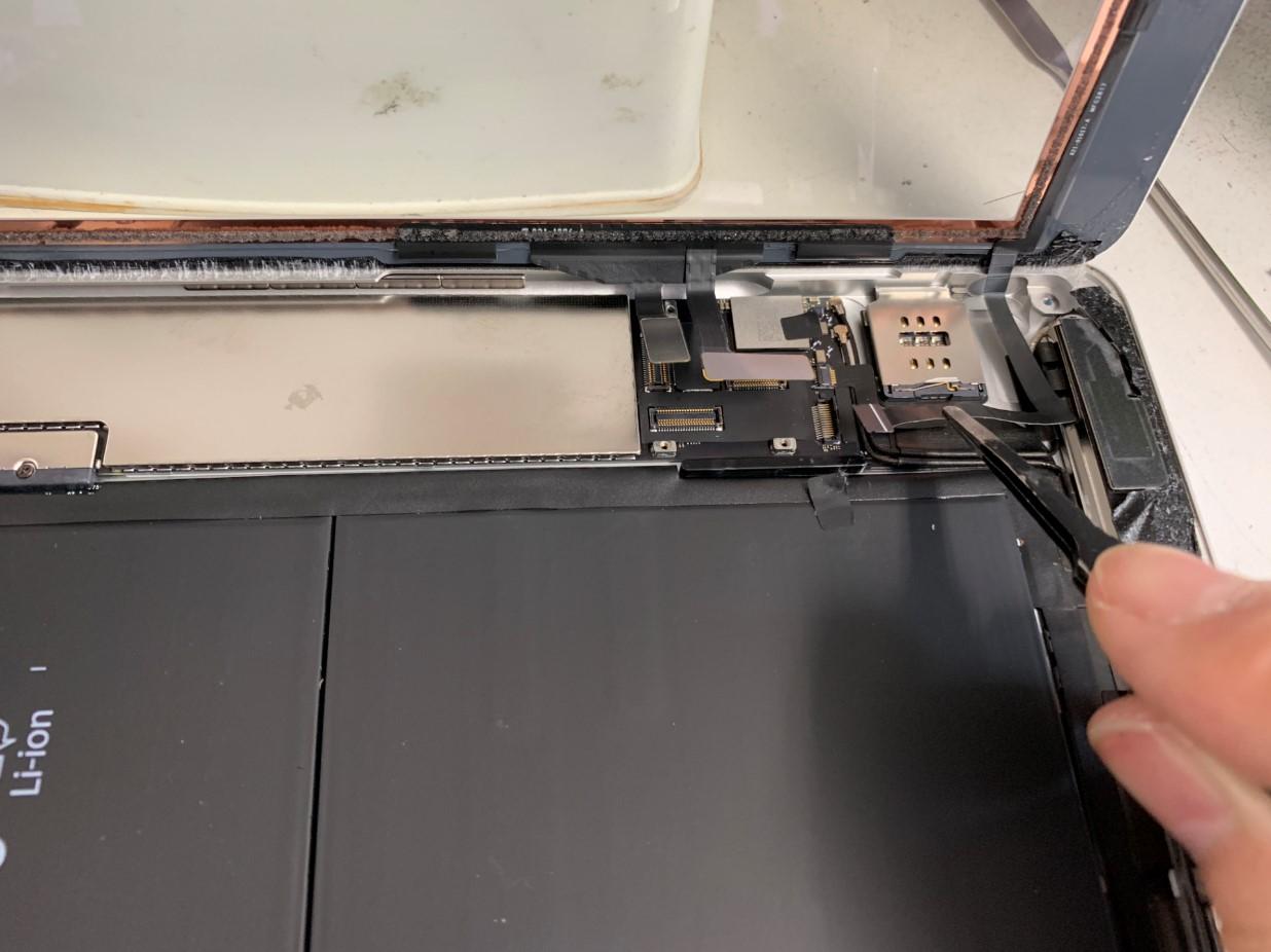 ガラスのコネクタを外しているiPad第5世代