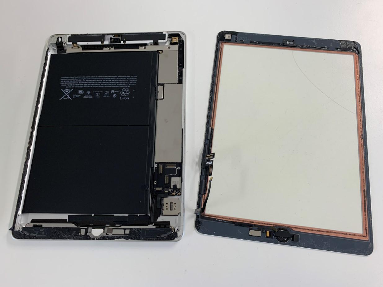 本体からガラスを取り出したiPad第5世代