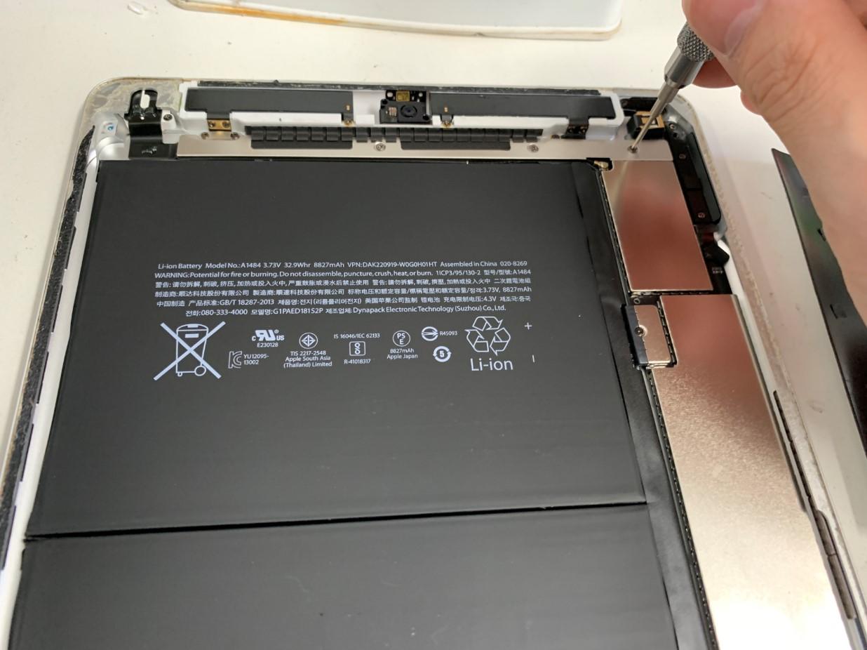 本体上部のネジを外しているiPad第5世代