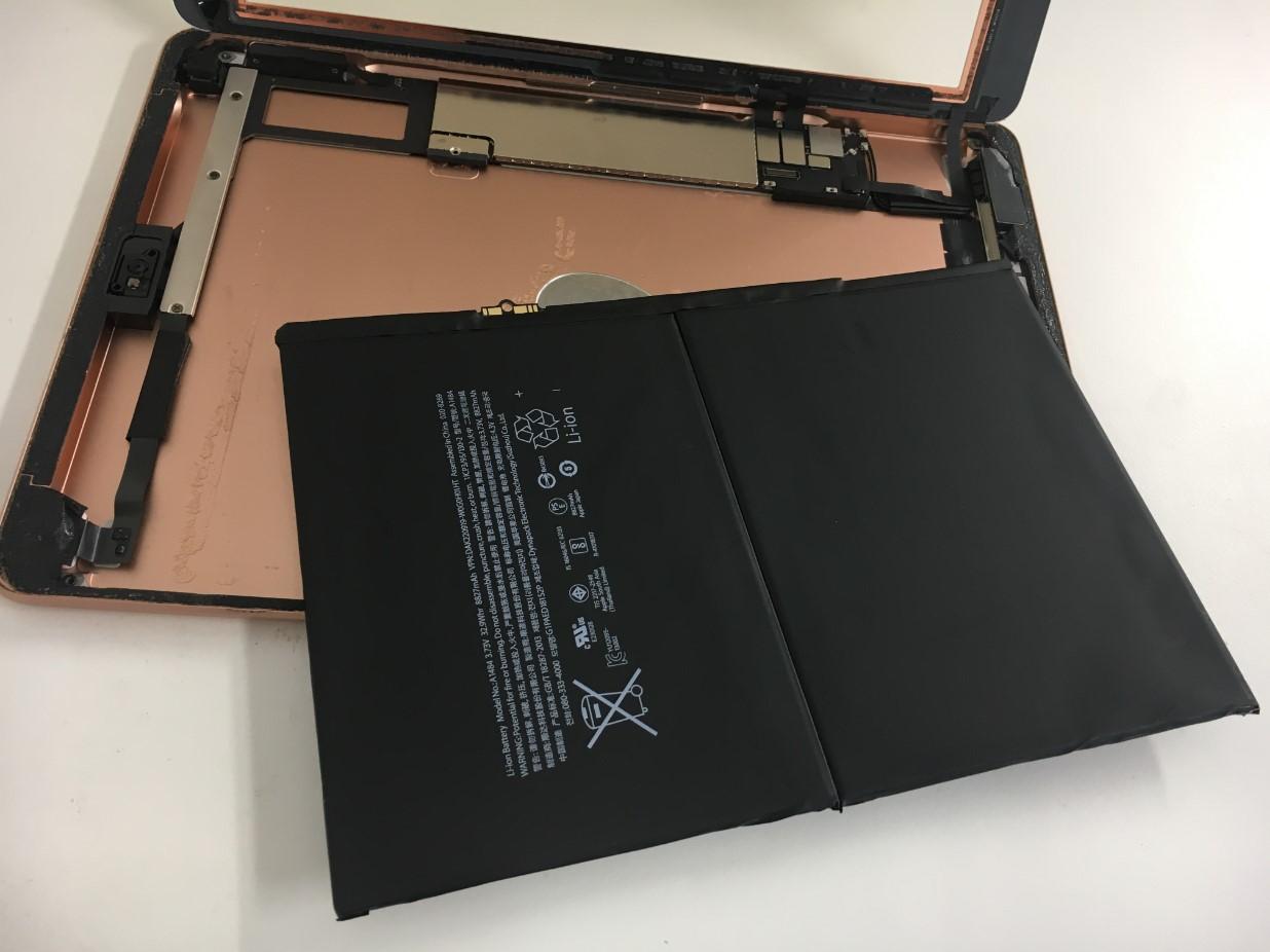 本体からバッテリーを取りだしたiPad第6世代