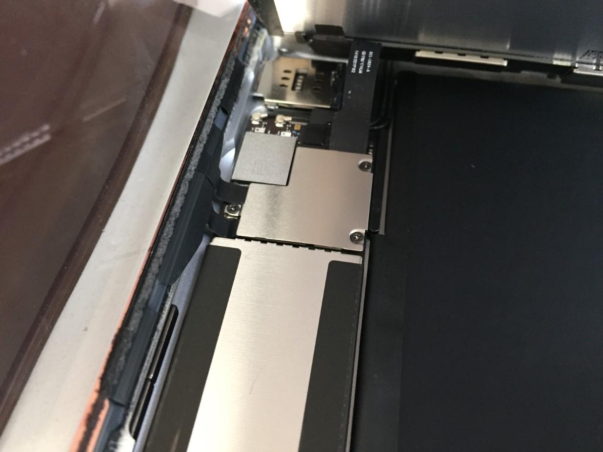 液晶が画面を取り出そうとしているiPad第6世代