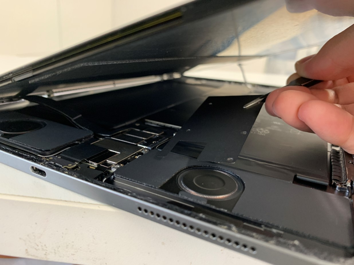 本体内部のプレートを外したiPadPro 12.9 第3世代