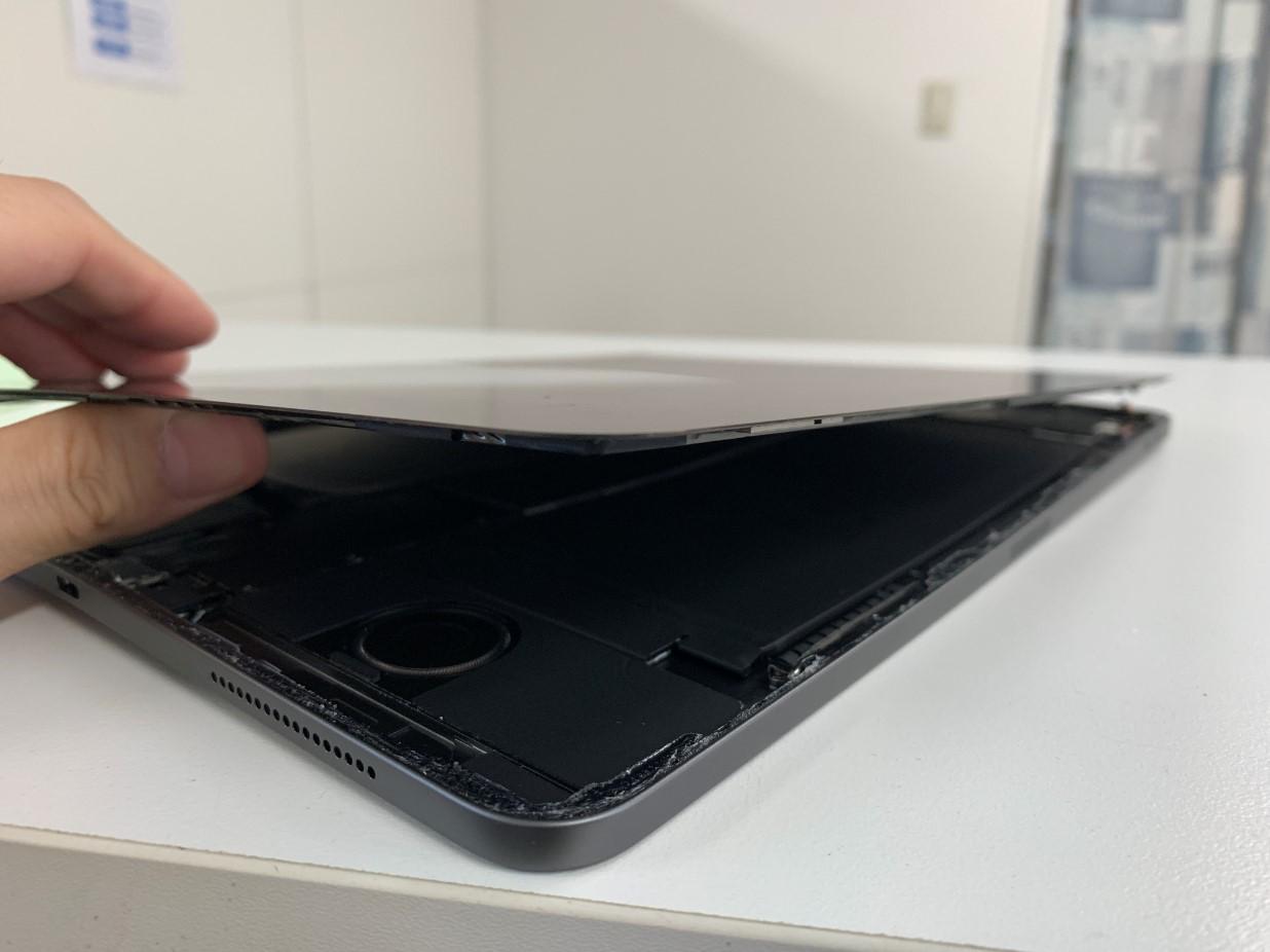 ガラスを持ち上げたiPadPro 12.9 第4世代