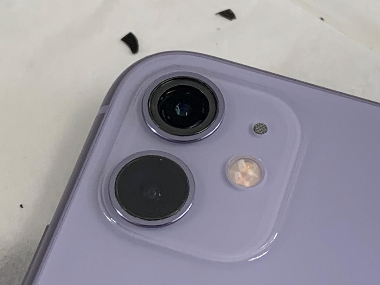 カメラレンズを綺麗に剥がし終えたiPhone11