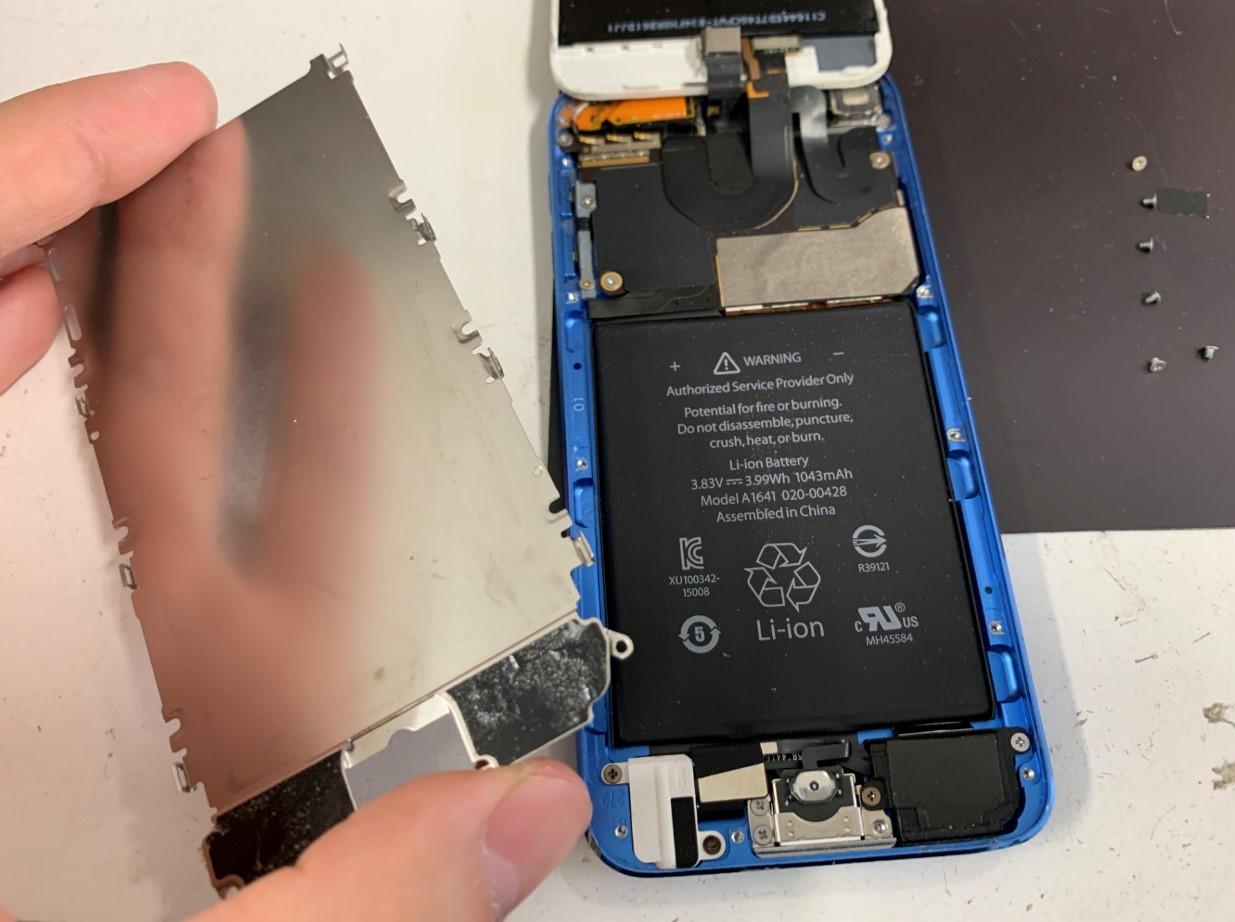 本体内の銀板を剥がしたiPod Touch 6