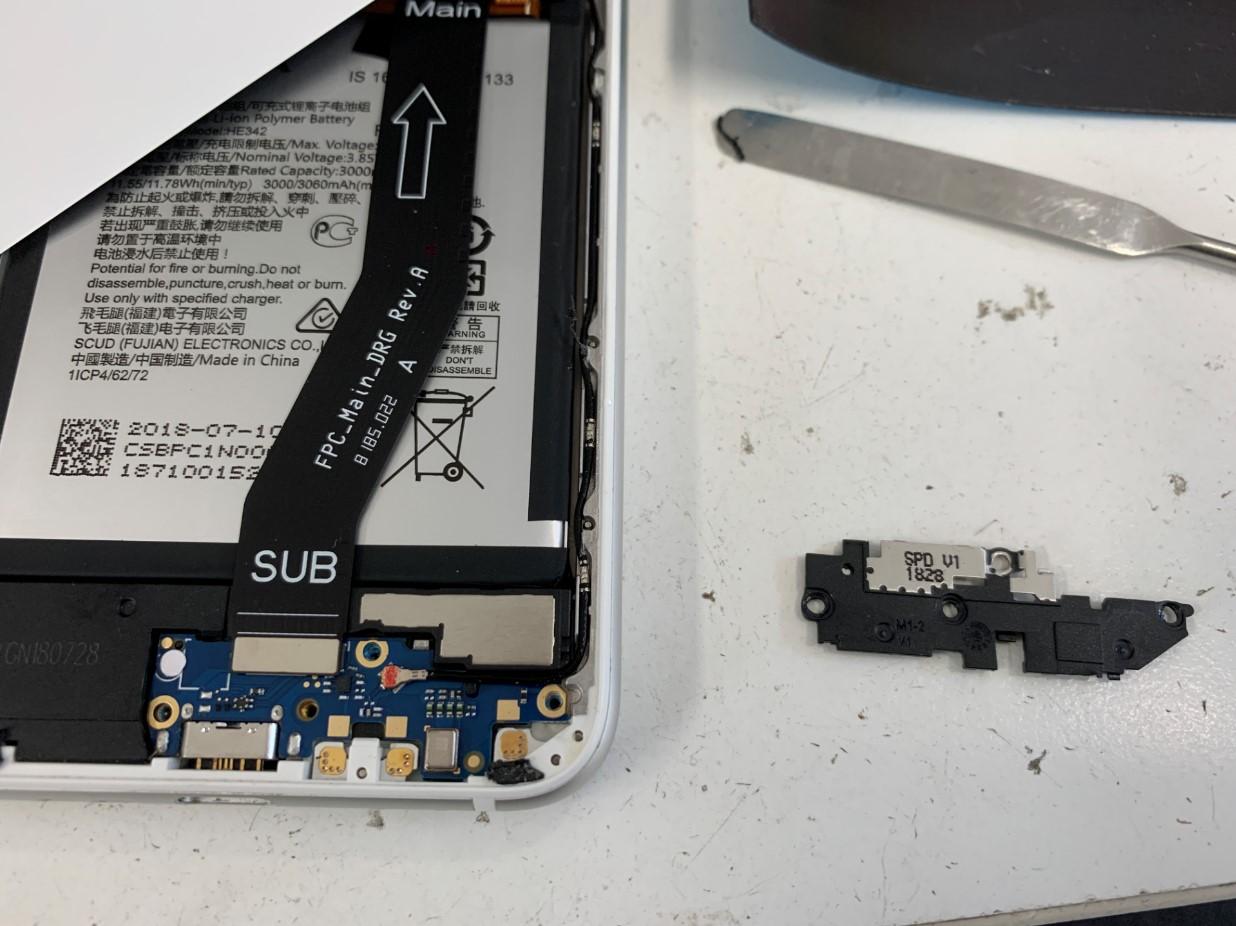 充電器上のプラスチックパーツを剥がしたNokia 6.1 Plus(Nokia X6)