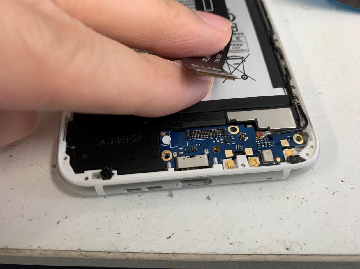 充電口が付いたサブ基板に付いたケーブルを外したNokia 6.1 Plus(Nokia X6)
