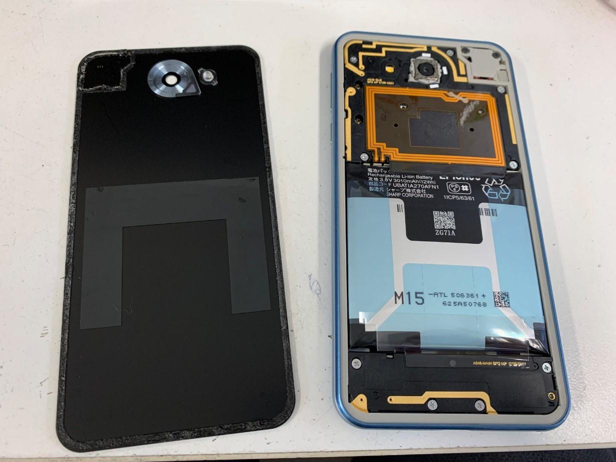 背面パネルを剥がした507SH(Android One)