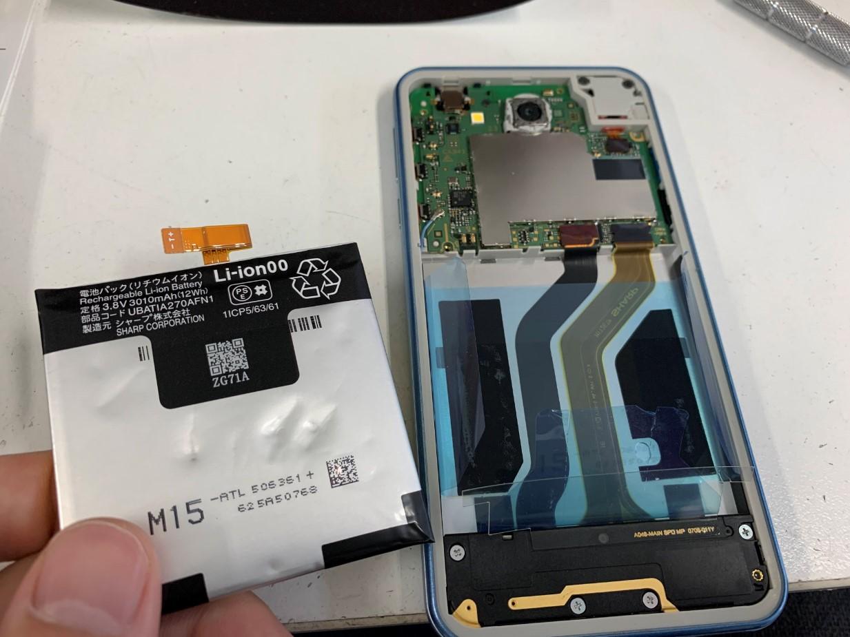 膨張したバッテリーを取り出した507SH(Android One)