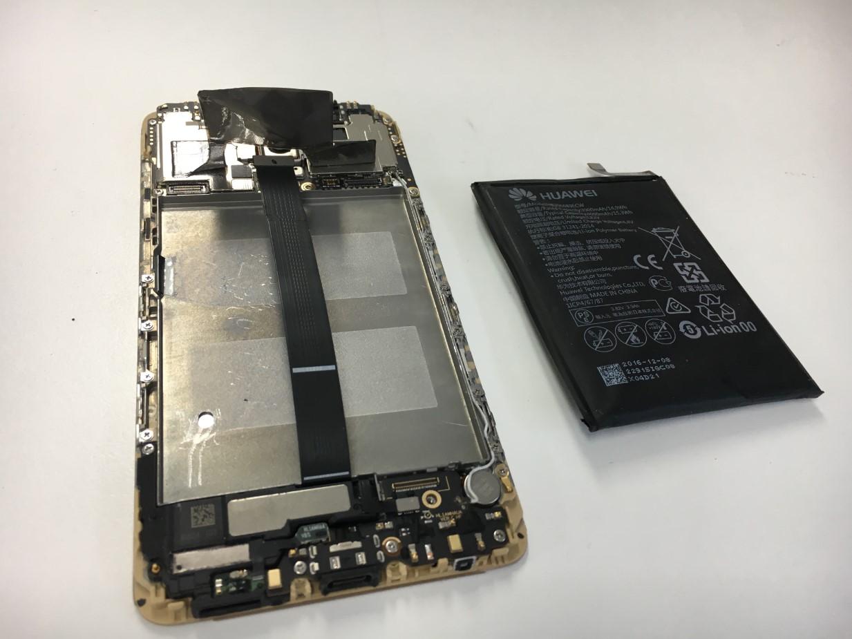 本体内部からバッテリーを取り出したMate9(HUAWEI)