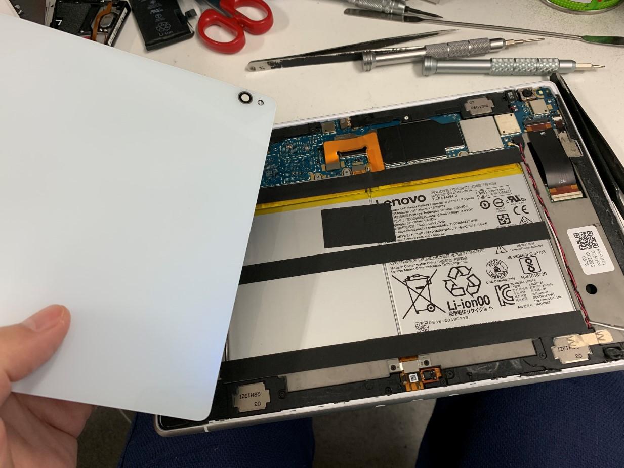 背面パネルを剥がしている最中のLenovo Tab P10(TB-X705F)