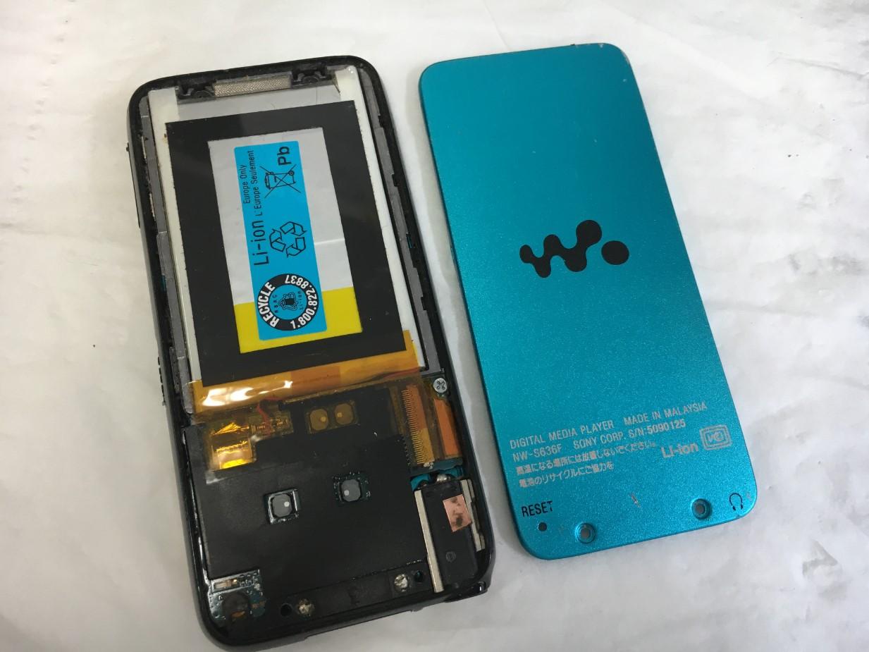 背面パネルを剥がした電池持ちの悪いWALKMAN NW-S636F