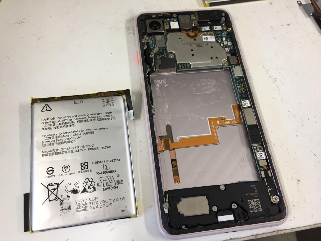 膨張したバッテリーを本体から剥がしたPixel3