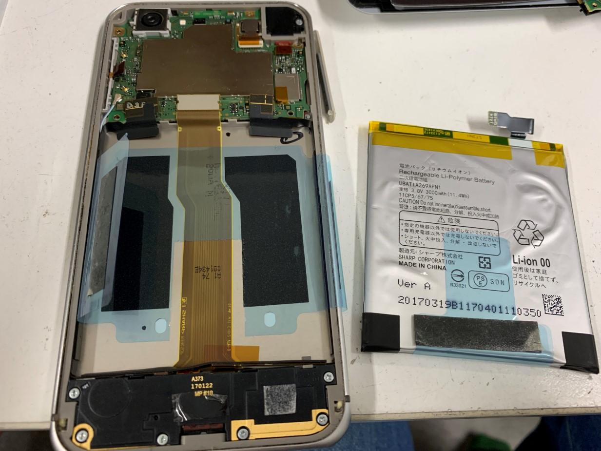 劣化したバッテリーを取り出したSH-04H