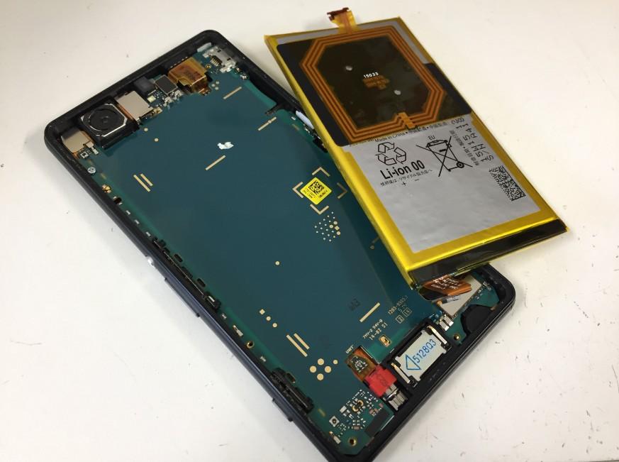 本体からバッテリーを取り出したXperia ZL2