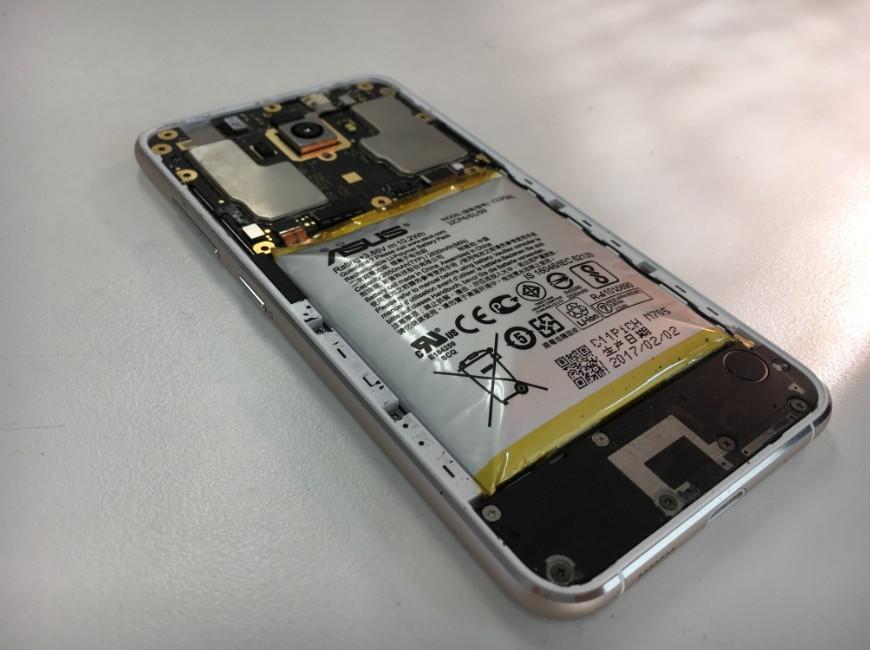 バッテリーがパンパンに膨らんでいるZenfone3