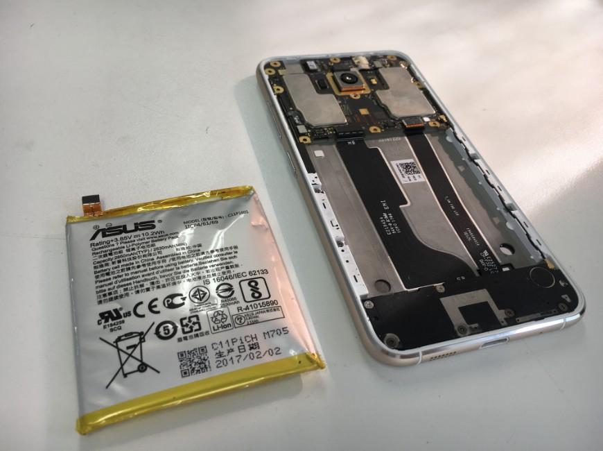 本体フレームからバッテリーを取り出したZenfone3