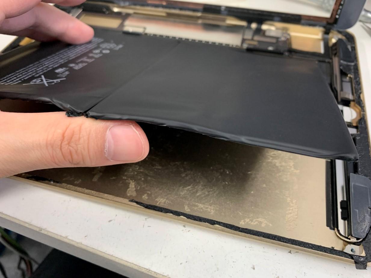 バッテリーを浮かせたiPad第5世代