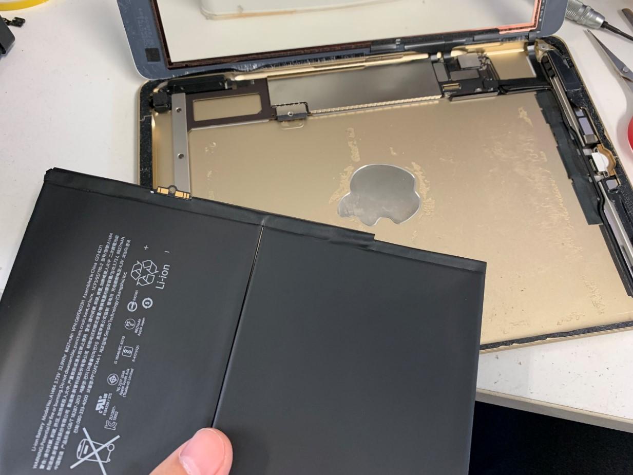 バッテリーを本体から取り出したiPad第5世代