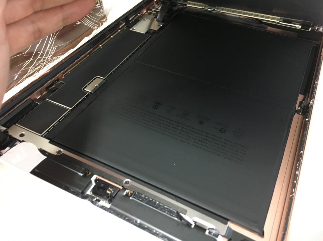 液晶も剥がしたガラスを本体から取り出しているiPad第7世代