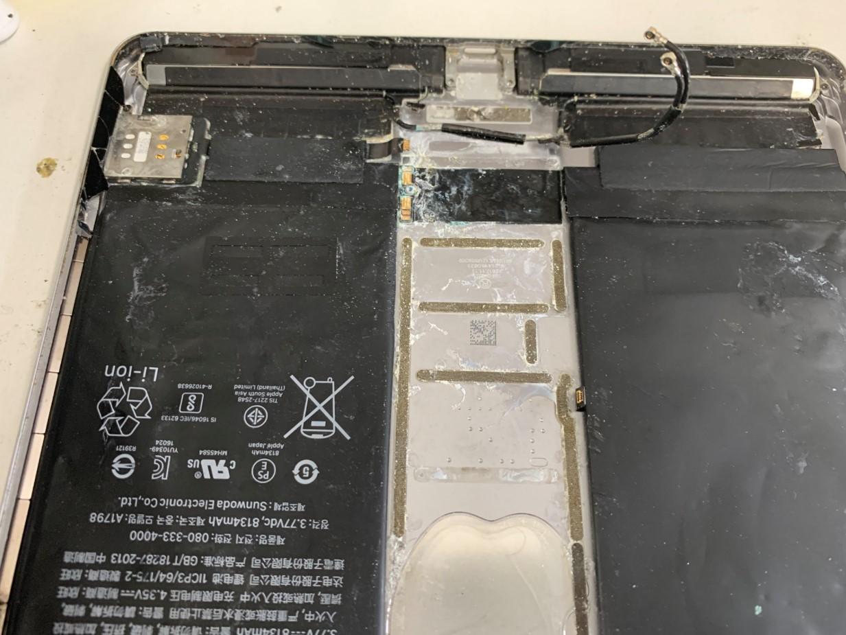 本体の所々がひどく腐食しているiPadPro 10.5
