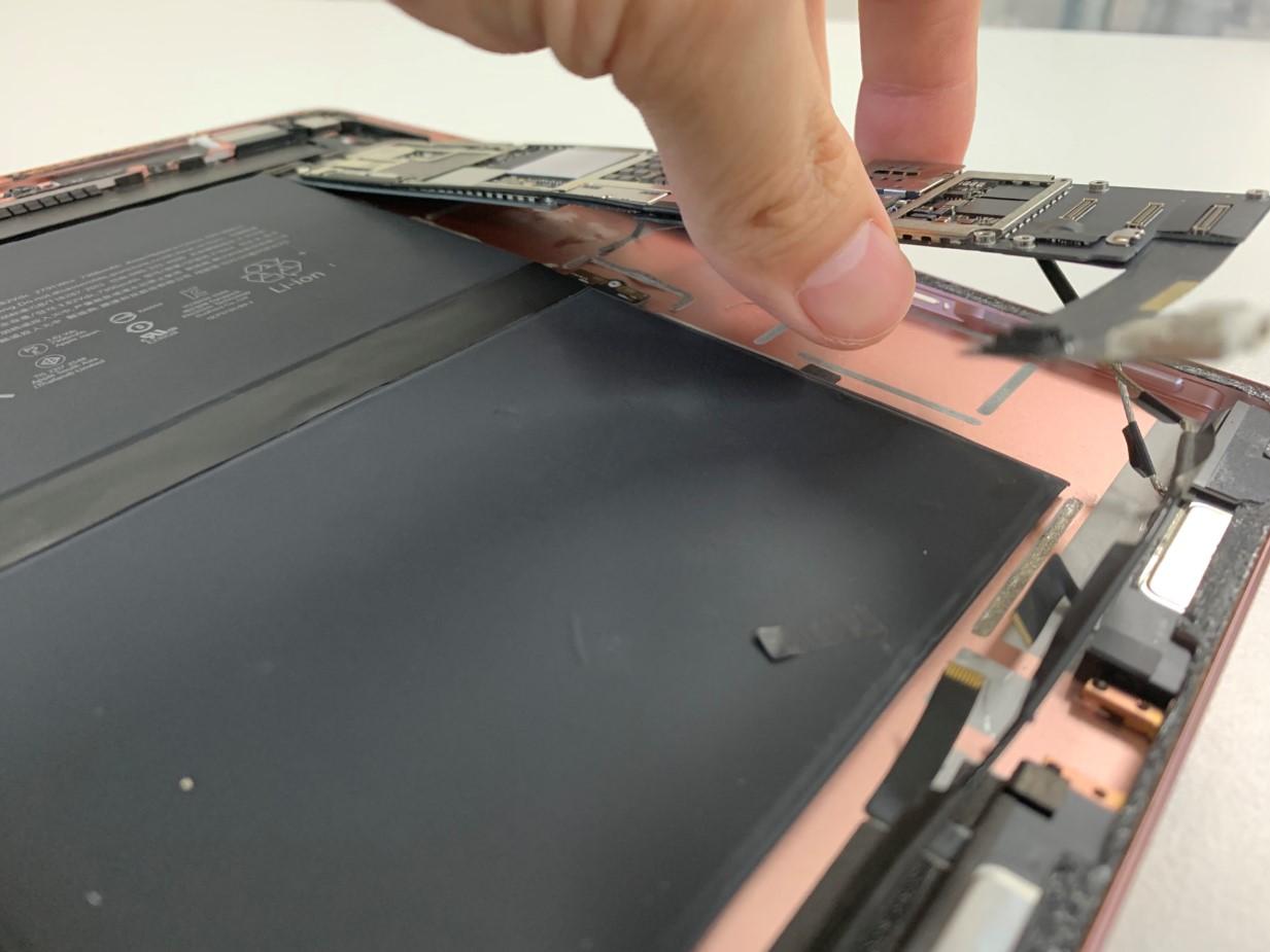 基板を剥がした本体が曲がったiPadPro9.7
