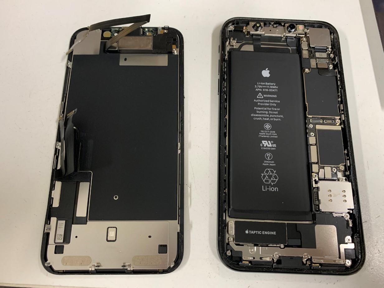 画面パーツを本体から取り出したiPhoneXR