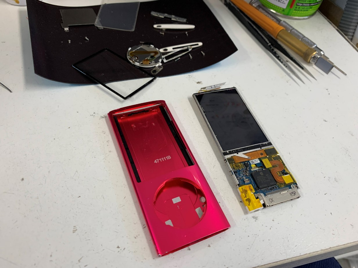 本体をフレームから取り出したiPod nano 第5世代