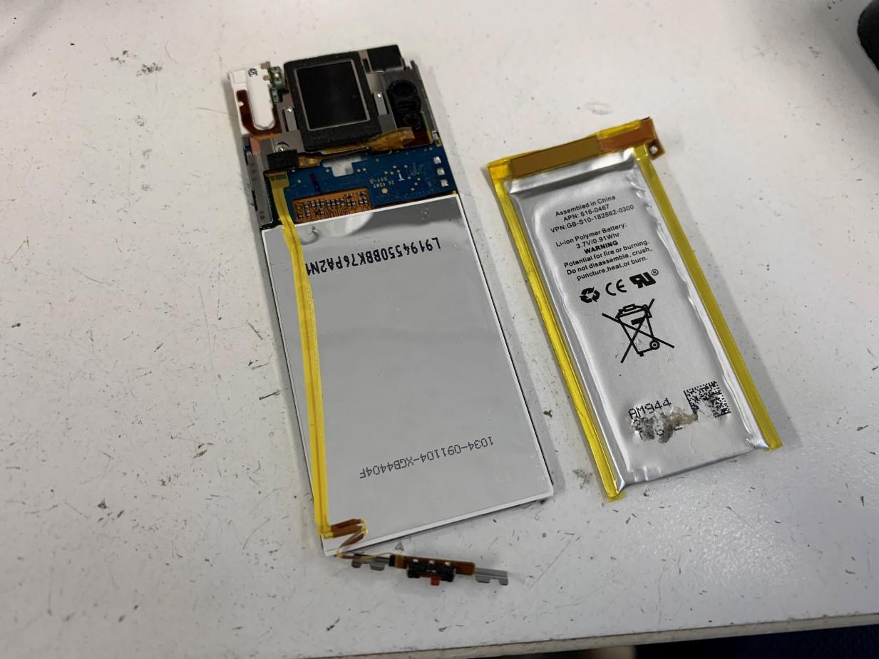 バッテリーを本体から取り出したiPod nano 第5世代