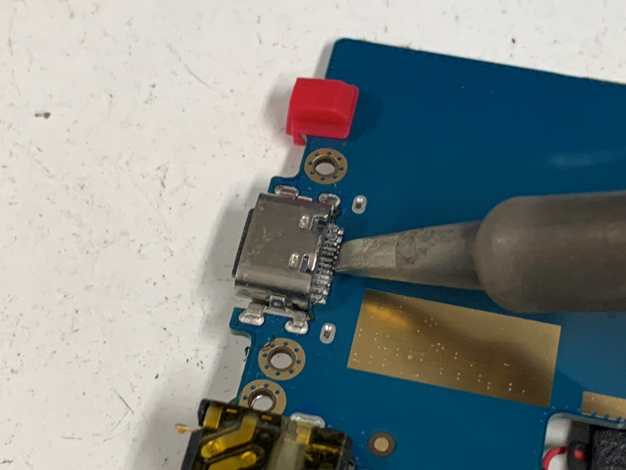 LAVIE Tabの充電口を修理している