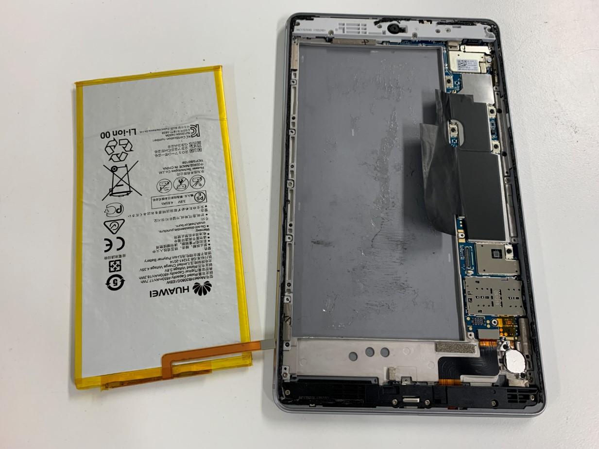 本体からバッテリーを取り出したMediaPad M3 lite 8
