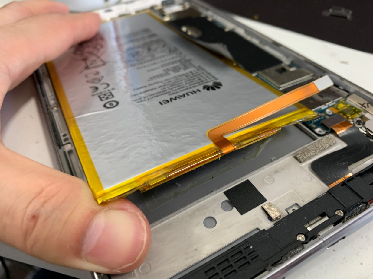 バッテリーを剥がそうとしているメディアパッド M3 Lite 8