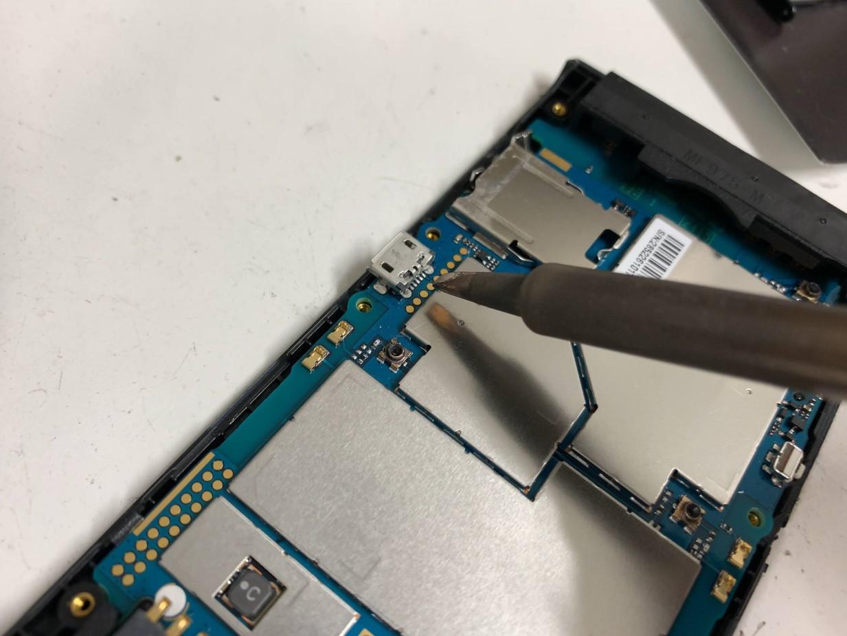 充電口のはんだメンテナンスをしているポケットWi-Fi(305ZT)